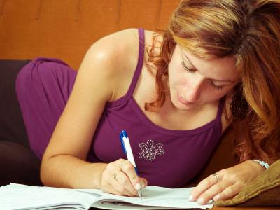 Foto de una joven estudiando un idioma. Los idiomas son importantes para mejorar en la carrera laboral y aspirar a puestos bien remunerados